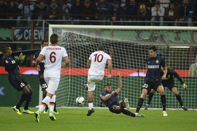 Il destro di Totti visto da dietro. Ansa