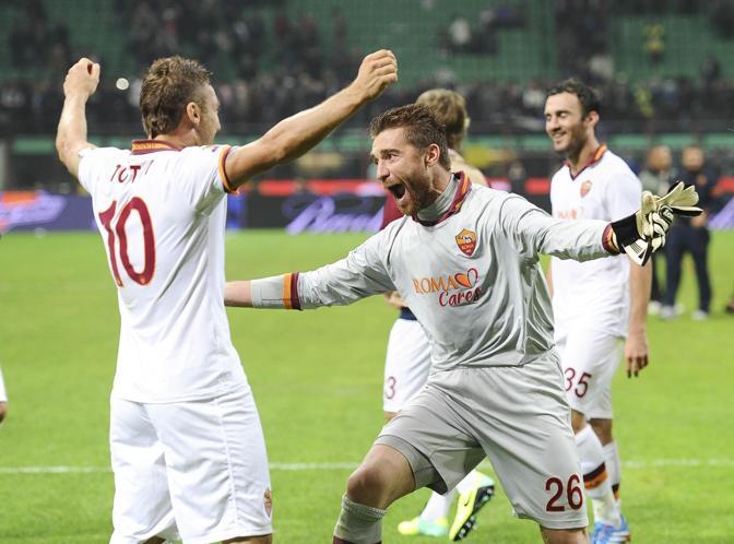 L'umore di De Sanctis cambia al termine della partita: ecco l'abbraccio con capitan Totti. Ansa