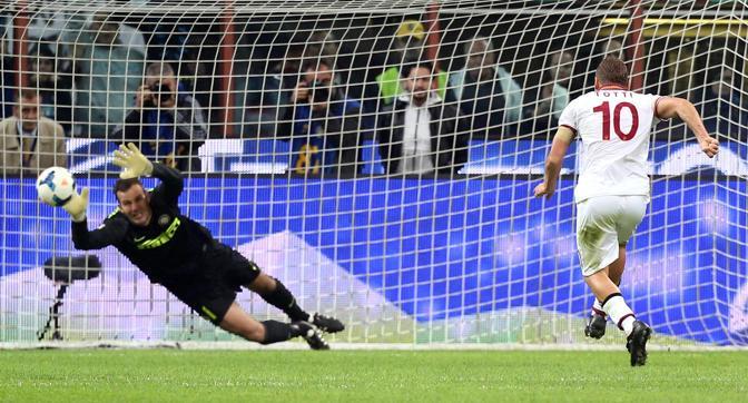 Handanovic indovina l'angolo, ma non può nulla sulla conclusione di Totti. Ansa
