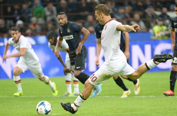 Al 36' il raddoppio di Totti su calcio di rigore. Ansa