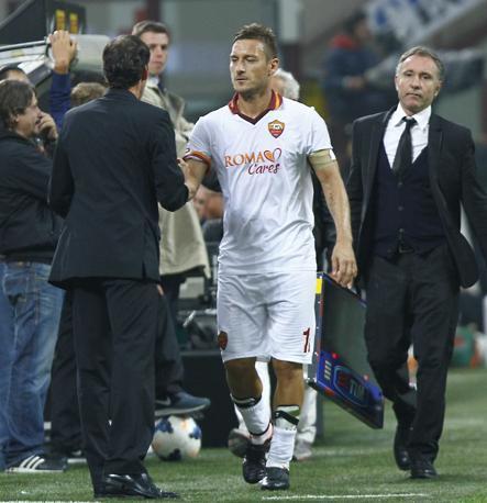 Totti stringe la mano di Garcia dopo la sostituzione. LaPresse