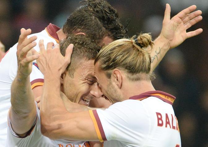 Testa a testa Balzaretti-Totti, pieno di sorrisi. Ansa