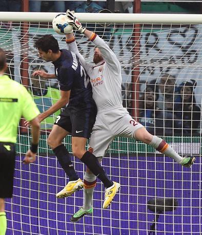In apertura di ripresa annullato un gol all'Inter: ecco il fallo di Ranocchia su De Sanctis, poi ammonito per proteste. Ansa