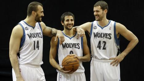Pekovic, Rubio e Love durante il media day dei Wolves. Ap