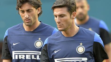 Javier Zanetti, all'Inter dal 1995, con Diego Milito. LaPresse