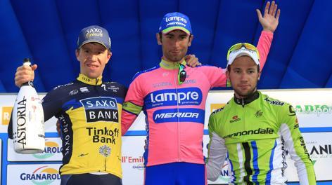 Il podio del Giro dell'Emilia: al centro Ulissi. Bettini