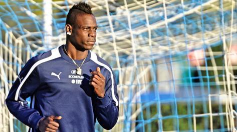 Mario Balotelli, 23 anni, si riscalda per Napoli. Ansa