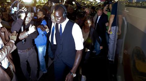 Mario Balotelli all'arrivo a Napoli ieri sera. Ansa