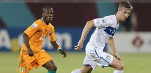 Luca Vido, autore del gol, contrastato  da Kouadio. Fifa.com