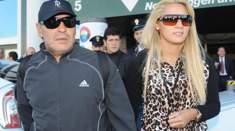 Diego Maradona con la fidanzata Oliva. Ansa