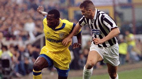 17 maggio 1995: Faustino Asprilla marcato da Sergio Porrini. Reuters