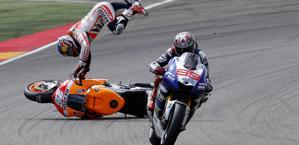 Marquez sfiora Pedrosa gli taglia il filo del traction control e cade.Afp