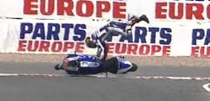 Lorenzo cade sulla spalla appena rotta: è out. Pure Pedrosa ko. Ansa