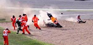 Warm up: Marquez cade e sfiora Crutchlow e i marshall: spalla k.o.