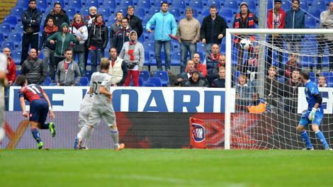 Il gran gol di Gilardino per l'1-0 del Genoa. LaPresse