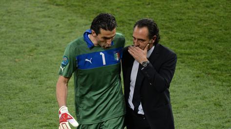 Buffon e Prandelli nella finale con la Spagna di Euro 2012. Afp