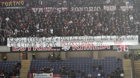 La protesta dei tifosi del Milan. Ansa