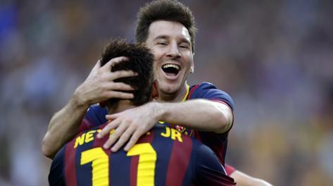 Messi abbraccia Neymar dopo il gol del brasiliano. Ap