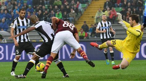Borriello lotta in mezzo alla difesa dell'Udinese: non si passa, ce la farà Bradley. Afp