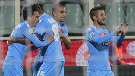 Tutto il Napoli festeggia l'1-0 di Callejon. LaPresse