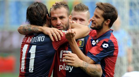 Daniele Portanova, autore dell'1-0, festeggiato dai compagni. LaPresse