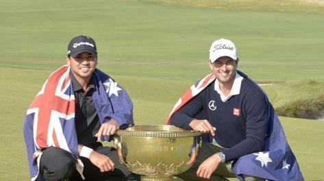 Jason Day e Adam Scott ai lati della World Cup vinta. Epa