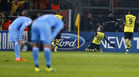 Blaszczykowski esulta dopo il 2-0, i  giocatori azzurri si disperano. Ap
