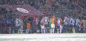Le squadre sotto la neve. LaPresse
