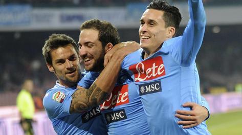 Maggio, Higuain e Callejon festeggiano il gol del Pipita. Reuters