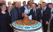Napoli  taglia... il Vesuvio    - Il tecnico Benitez e il presidente del Napoli, De Laurentiis, subito dopo il pranzo di Natale con la rosa al completo (e lo staff) si dedicano al taglio di torta con foto annessa. Subito dopo, parte il tweet ufficiale del club che immortala la scena
