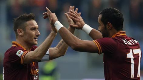 Totti abbraccia Benatia, protagonista con due gol della vittoria sul Catania. Action Images