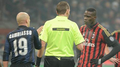 Balotelli discute con l'arbitro. Ansa