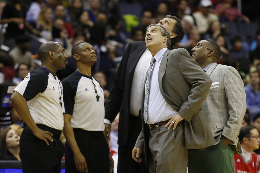 Anche i due coach, Randy Wittman di  Washington (in primo piano) e Kevin McHale di Houston (dietro di lui, seminascosto), guardano il tetto del Verizon Center. La partita arriva comunque alla sirena finale: Houston vince 114-107. Usa Today Sports