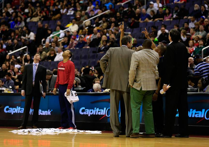 Wizards e Rockets sono sul parquet del Verizon Center di Washington quando arriva un ospite inatteso: la pioggia. Afp