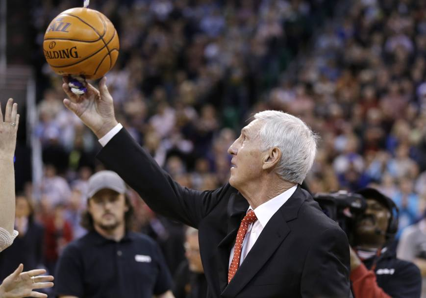 Jerry Sloan mentre viene innalzato lo stendardo commemorativo all'interno dell'EnergySolutions Arena di Salt Lake City per ricordare le sue vittorie con i Jazz (Ap)