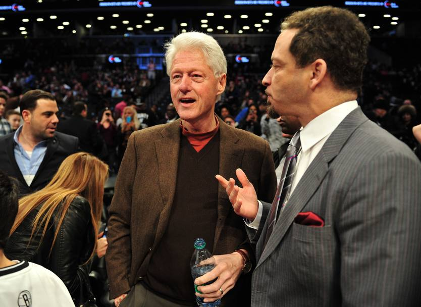 Bill Clinton prima della partita Nba Oklahoma City Thunder-Brooklyn Nets a New York (Afp)