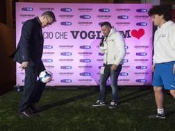 Il responsabile dell'area tecnica della Fiorentina, Edoardo Macia, 39 anni, mentre palleggia. Sestini