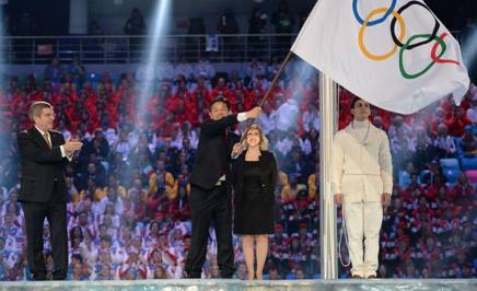 Il sindaco di Pyongyang sventola la bandiera olimpica. Afp