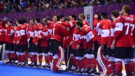Il Canada schierato sul podio per ricevere l'ultimo oro dei Giochi 2014. Afp