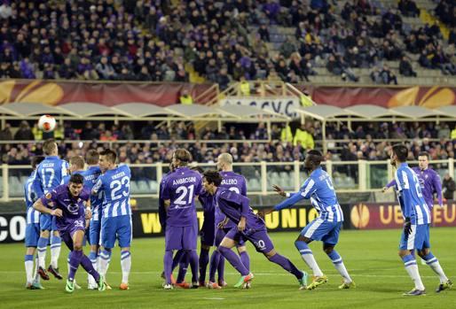 La Fiorentina pareggia contro l'Esbjerg 1-1, ma accede agli ottavi di Europa League contro la Juventus. Sblocca il punteggio una punizione di Ilicic al 2' della ripresa, Nella foto, la palla dello sloveno sorvola la barriera. Ansa