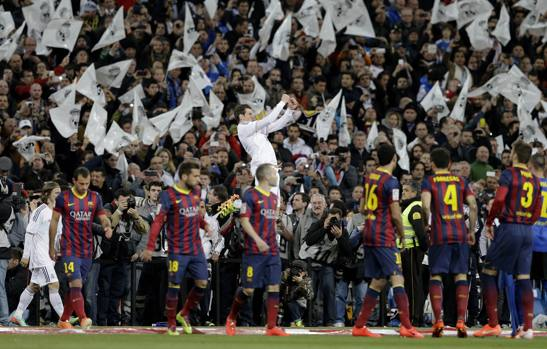 L'ingresso in campo delle due squadre con i giocatori del Barça che danno un'occhiata allo spettacolo sugli spalti. Ap