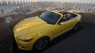La Mustang 50 Years si gode il panorama dalla terrazza dell'Empire State Building. Ap