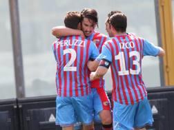 I compagni di squadra festeggiano Sebastian Leto, 27 anni, dopo il gol. Ap
