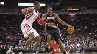 Dwight Howard contro LaMarcus Aldridge, uno dei gran duelli di Houston-Portland. Usa Today Sports
