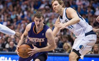 Goran Dragic attacca Dirk Nowitzki. Reuters