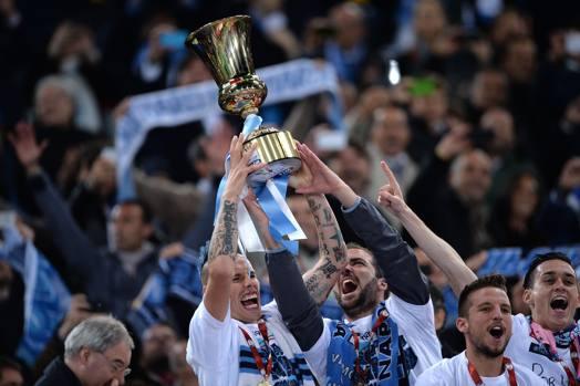La festa dei giocatori del Napoli, che sollevano la coppa appena conquistata. Afp