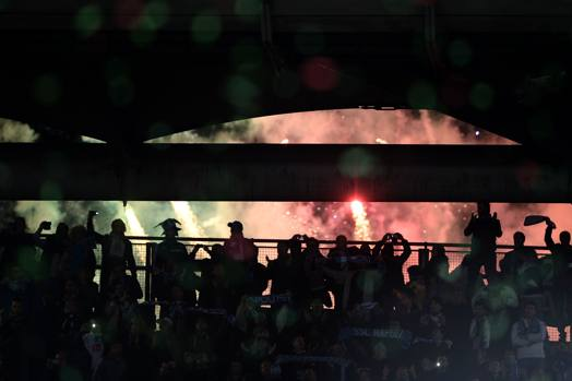 I tifosi del Napoli festeggiano la vittoria. Afp