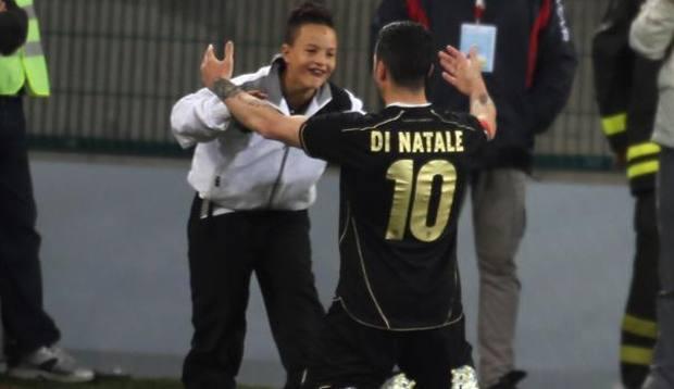 Di Natale abbraccia il figlio dopo il primo gol personale. Ansa