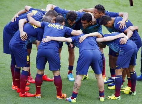 Il Barcellona si carica prima del via. Reuters