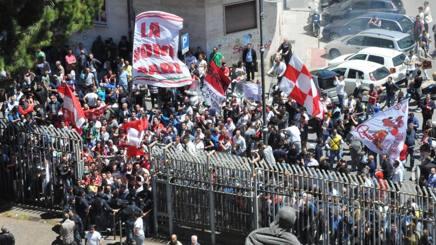 I tifosi del Bari all'esterno del tribunale, durante l'asta che ha permesso a Paparesta di aggiudicarsi il club. Ansa